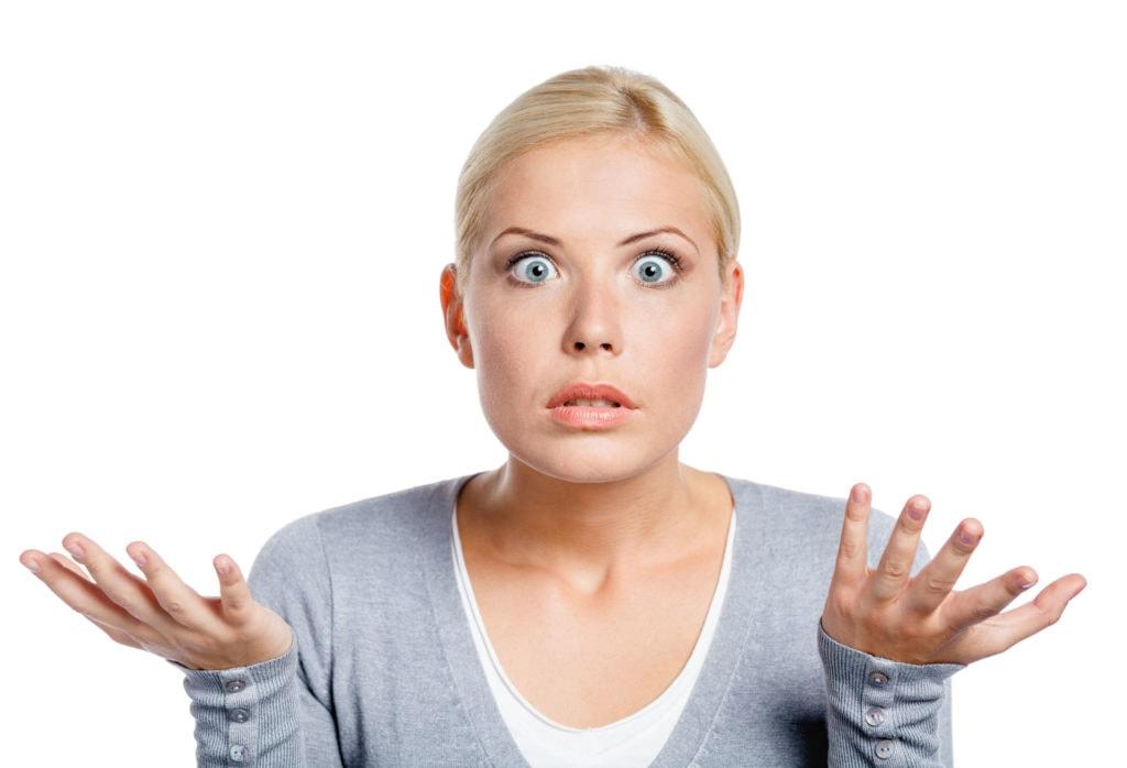 אשה מבולבלת כשמחפשת תשובה לכמה עולה להקים אתר